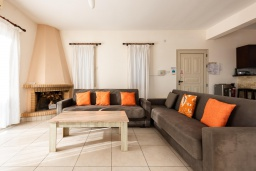 Гостиная. Кипр, Пейя : Прекрасная вилла с видом на Средиземное море, с 3-мя спальнями, с бассейном с подогревом, настольным теннисом, бильярдом и солнечной террасой с патио и каменным барбекю