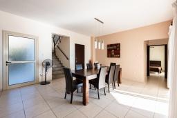 Обеденная зона. Кипр, Пейя : Прекрасная вилла с видом на Средиземное море, с 3-мя спальнями, с бассейном с подогревом, настольным теннисом, бильярдом и солнечной террасой с патио и каменным барбекю