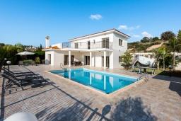 Вид на виллу/дом снаружи. Кипр, Пейя : Прекрасная вилла с видом на Средиземное море, с 3-мя спальнями, с бассейном с подогревом, настольным теннисом, бильярдом и солнечной террасой с патио и каменным барбекю