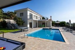 Вид на виллу/дом снаружи. Кипр, Пейя : Потрясающая вилла с видом на Средиземное море, с 3-мя спальнями, с бассейном, настольным теннисом, бильярдом и солнечной террасой с патио и каменным барбекю