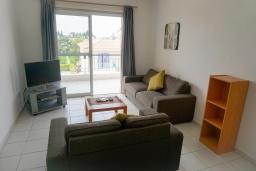 Гостиная. Кипр, Пафос город : Прекрасный апартамент с 2-мя спальнями, балконом, расположен в комплексе с тремя бассейнами и джакузи
