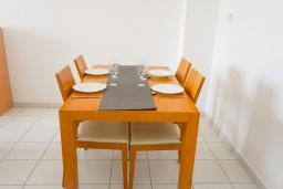 Обеденная зона. Кипр, Пафос город : Прекрасный апартамент с 2-мя спальнями, балконом, расположен в комплексе с тремя бассейнами и джакузи
