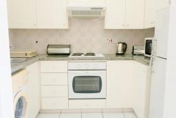 Кухня. Кипр, Пафос город : Прекрасный апартамент с 2-мя спальнями, балконом, расположен в комплексе с тремя бассейнами и джакузи