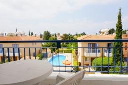 Балкон. Кипр, Пафос город : Прекрасный апартамент с 2-мя спальнями, балконом, расположен в комплексе с тремя бассейнами и джакузи