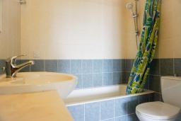 Ванная комната. Кипр, Пафос город : Прекрасный апартамент с 2-мя спальнями, балконом, расположен в комплексе с тремя бассейнами и джакузи