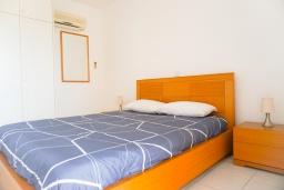 Спальня. Кипр, Пафос город : Прекрасный апартамент с 2-мя спальнями, балконом, расположен в комплексе с тремя бассейнами и джакузи