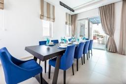 Обеденная зона. Кипр, Центр Айя Напы : Фантастическая вилла с захватывающим видом на море, с 6-ю спальнями, с большим бассейном и джакузи, солнечной террасой с lounge-зоной, сауной и тренажерным залом