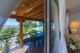 Терраса. Кипр, Аргака : Удивительная вилла с видом на море и горы, с 4-мя спальнями, с бассейном, тенистой террасой с патио и барбекю, расположена в тихом и спокойном районе на окраине деревни Аргака