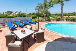 Зона отдыха у бассейна. Кипр, Корал Бэй : Потрясающая вилла с 3-мя спальнями, с бассейном, тенистой террасой с патио и каменным барбекю, расположена недалеко от пляжей Corallia Beach и Coral Bay Beach
