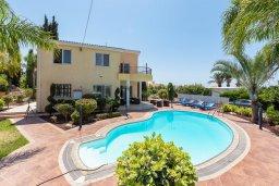 Вид на виллу/дом снаружи. Кипр, Корал Бэй : Потрясающая вилла с 3-мя спальнями, с бассейном, тенистой террасой с патио и каменным барбекю, расположена недалеко от пляжей Corallia Beach и Coral Bay Beach