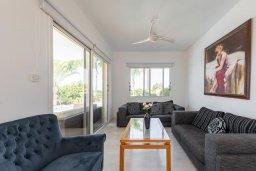 Гостиная. Кипр, Корал Бэй : Потрясающая вилла с 3-мя спальнями, с бассейном, тенистой террасой с патио и каменным барбекю, расположена недалеко от пляжей Corallia Beach и Coral Bay Beach