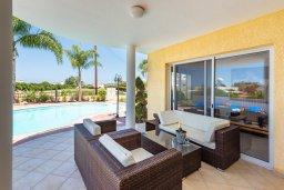 Терраса. Кипр, Корал Бэй : Потрясающая вилла с 3-мя спальнями, с бассейном, тенистой террасой с патио и каменным барбекю, расположена недалеко от пляжей Corallia Beach и Coral Bay Beach