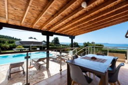 Терраса. Кипр, Аргака : Потрясающая вилла с видом на море и горы, с 3-мя спальнями, с бассейном с подогревом, настольным теннисом, бильярдом, тенистой террасой с патио и каменным барбекю, расположена в тихом и спокойном районе на окраине деревни Аргака