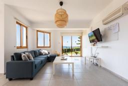 Гостиная. Кипр, Аргака : Потрясающая вилла с видом на море и горы, с 3-мя спальнями, с бассейном с подогревом, настольным теннисом, бильярдом, тенистой террасой с патио и каменным барбекю, расположена в тихом и спокойном районе на окраине деревни Аргака