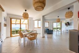 Обеденная зона. Кипр, Аргака : Потрясающая вилла с видом на море и горы, с 3-мя спальнями, с бассейном с подогревом, настольным теннисом, бильярдом, тенистой террасой с патио и каменным барбекю, расположена в тихом и спокойном районе на окраине деревни Аргака