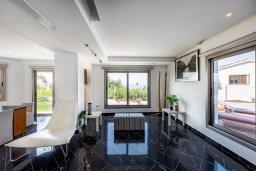 Гостиная. Кипр, Аргака : Волшебная вилла с панорамным видом на море и горы, с 3-мя спальнями, с бассейном с подогревом, беседкой, настольным теннисом и бильярдом, в окружении пышного зелёного сада, расположена в тихом и спокойном районе у подножия деревни Аргака
