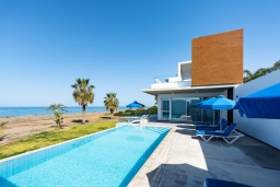 Вид на виллу/дом снаружи. Кипр, Аргака : Эксклюзивная вилла на берегу моря с 4-мя спальнями, с бассейном, настольным футболом и бильярдом, тренажерным залом, тенистой террасой с патио с захватывающим видом на море, расположена у пляжа Argaka
