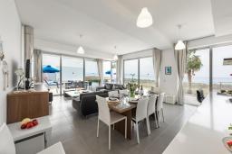 Гостиная. Кипр, Аргака : Эксклюзивная вилла на берегу моря с 4-мя спальнями, с бассейном, настольным футболом и бильярдом, тренажерным залом, тенистой террасой с патио с захватывающим видом на море, расположена у пляжа Argaka