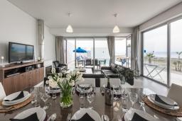 Обеденная зона. Кипр, Аргака : Эксклюзивная вилла на берегу моря с 4-мя спальнями, с бассейном, настольным футболом и бильярдом, тренажерным залом, тенистой террасой с патио с захватывающим видом на море, расположена у пляжа Argaka
