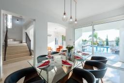 Обеденная зона. Кипр, Корал Бэй : Великолепная вилла с видом на Средиземное море, с 5-ю спальнями, с бассейном, бильярдом, солнечной террасой с патио и каменным барбекю, расположена недалеко от пляжа Coral Bay Beach
