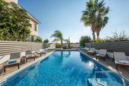 Бассейн. Кипр, Корал Бэй : Великолепная вилла с видом на Средиземное море, с 5-ю спальнями, с бассейном, бильярдом, солнечной террасой с патио и каменным барбекю, расположена недалеко от пляжа Coral Bay Beach