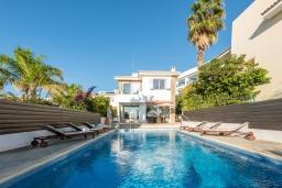 Вид на виллу/дом снаружи. Кипр, Корал Бэй : Великолепная вилла с видом на Средиземное море, с 5-ю спальнями, с бассейном, бильярдом, солнечной террасой с патио и каменным барбекю, расположена недалеко от пляжа Coral Bay Beach