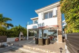 Терраса. Кипр, Корал Бэй : Великолепная вилла с видом на Средиземное море, с 5-ю спальнями, с бассейном, бильярдом, солнечной террасой с патио и каменным барбекю, расположена недалеко от пляжа Coral Bay Beach