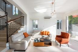 Гостиная. Кипр, Корал Бэй : Великолепная вилла с видом на Средиземное море, с 5-ю спальнями, с бассейном, бильярдом, солнечной террасой с патио и каменным барбекю, расположена недалеко от пляжа Coral Bay Beach
