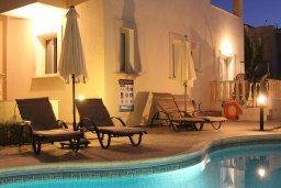 Бассейн. Кипр, Корал Бэй : Прекрасная вилла с 4-мя спальнями, с бассейном, солнечной террасой, патио и каменным барбекю, расположена недалеко от пляжей Corallia Beach и Coral Bay Beach