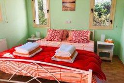 Спальня. Кипр, Корал Бэй : Прекрасная вилла с 4-мя спальнями, с бассейном, солнечной террасой, патио и каменным барбекю, расположена недалеко от пляжей Corallia Beach и Coral Bay Beach