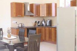 Кухня. Кипр, Корал Бэй : Прекрасная вилла с 4-мя спальнями, с бассейном, солнечной террасой, патио и каменным барбекю, расположена недалеко от пляжей Corallia Beach и Coral Bay Beach