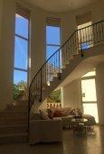 Гостиная. Кипр, Корал Бэй : Прекрасная вилла с 4-мя спальнями, с бассейном, солнечной террасой, патио и каменным барбекю, расположена недалеко от пляжей Corallia Beach и Coral Bay Beach