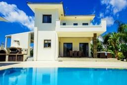 Вид на виллу/дом снаружи. Кипр, Коннос Бэй : Роскошная вилла с 4-мя спальнями, с бассейном, джакузи, солнечной террасой с lounge-зоной, дровяной кипрской печью, в окружении пышного зелёного сада, с тренажерным залом и сауной, расположена в 500 метрах от пляжа Konnos Bay Beach