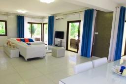 Гостиная. Кипр, Коннос Бэй : Роскошная вилла с 4-мя спальнями, с бассейном, джакузи, солнечной террасой с lounge-зоной, дровяной кипрской печью, в окружении пышного зелёного сада, с тренажерным залом и сауной, расположена в 500 метрах от пляжа Konnos Bay Beach