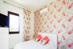 Спальня. Кипр, Коннос Бэй : Роскошная вилла с 4-мя спальнями, с бассейном, джакузи, солнечной террасой с lounge-зоной, дровяной кипрской печью, в окружении пышного зелёного сада, с тренажерным залом и сауной, расположена в 500 метрах от пляжа Konnos Bay Beach