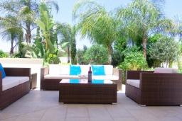 Патио. Кипр, Коннос Бэй : Роскошная вилла с 4-мя спальнями, с бассейном, джакузи, солнечной террасой с lounge-зоной, дровяной кипрской печью, в окружении пышного зелёного сада, с тренажерным залом и сауной, расположена в 500 метрах от пляжа Konnos Bay Beach