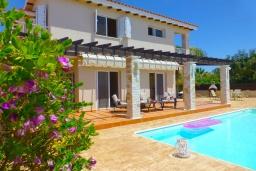 Вид на виллу/дом снаружи. Кипр, Сиренс Бич - Айя Текла : Потрясающая вилла с видом на море, с 3-мя спальнями, с бассейном, тенистой террасой с патио и каменным барбекю, расположена в тихом живописном месте в Ayia Thekla