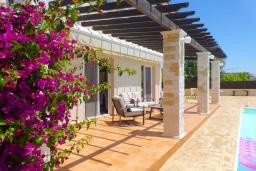 Терраса. Кипр, Сиренс Бич - Айя Текла : Потрясающая вилла с видом на море, с 3-мя спальнями, с бассейном, тенистой террасой с патио и каменным барбекю, расположена в тихом живописном месте в Ayia Thekla