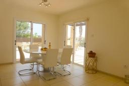 Обеденная зона. Кипр, Сиренс Бич - Айя Текла : Потрясающая вилла с видом на море, с 3-мя спальнями, с бассейном, тенистой террасой с патио и каменным барбекю, расположена в тихом живописном месте в Ayia Thekla