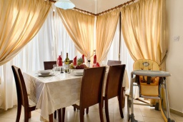 Обеденная зона. Кипр, Аргака : Потрясающая вилла с видом на залив Chrysochous Bay, с 3-мя спальнями, с бассейном с подогревом, бильярдом, тенистой террасой с патио и барбекю, расположена в 120 метрах от пляжа Argaka Beach