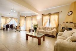 Гостиная. Кипр, Аргака : Потрясающая вилла с видом на залив Chrysochous Bay, с 3-мя спальнями, с бассейном с подогревом, бильярдом, тенистой террасой с патио и барбекю, расположена в 120 метрах от пляжа Argaka Beach