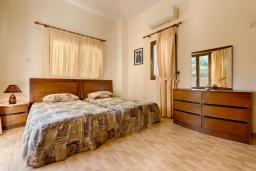 Спальня. Кипр, Аргака : Потрясающая вилла с видом на залив Chrysochous Bay, с 3-мя спальнями, с бассейном с подогревом, бильярдом, тенистой террасой с патио и барбекю, расположена в 120 метрах от пляжа Argaka Beach