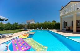 Бассейн. Кипр, Аргака : Потрясающая вилла с видом на залив Chrysochous Bay, с 3-мя спальнями, с бассейном с подогревом, бильярдом, тенистой террасой с патио и барбекю, расположена в 120 метрах от пляжа Argaka Beach
