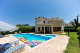 Вид на виллу/дом снаружи. Кипр, Аргака : Потрясающая вилла с видом на залив Chrysochous Bay, с 3-мя спальнями, с бассейном с подогревом, бильярдом, тенистой террасой с патио и барбекю, расположена в 120 метрах от пляжа Argaka Beach