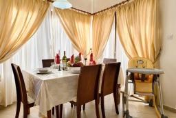 Обеденная зона. Кипр, Аргака : Очаровательная вилла с видом на залив Chrysochous Bay, с 3-мя спальнями, с бассейном, бильярдом, тенистой террасой с патио и каменным барбекю, расположена в 120 метрах от пляжа Argaka Beach
