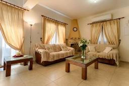 Гостиная. Кипр, Аргака : Очаровательная вилла с видом на залив Chrysochous Bay, с 3-мя спальнями, с бассейном, бильярдом, тенистой террасой с патио и каменным барбекю, расположена в 120 метрах от пляжа Argaka Beach