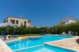 Бассейн. Кипр, Аргака : Очаровательная вилла с видом на залив Chrysochous Bay, с 3-мя спальнями, с бассейном, бильярдом, тенистой террасой с патио и каменным барбекю, расположена в 120 метрах от пляжа Argaka Beach