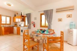 Обеденная зона. Кипр, Аргака : Великолепная вилла с потрясающим видом на море, с 3-мя спальнями, с бассейном, беседкой и каменным барбекю, расположена в 300 метрах от пляжа Argaka Beach