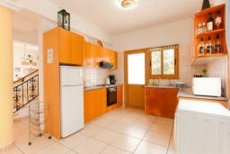 Кухня. Кипр, Аргака : Великолепная вилла с потрясающим видом на море, с 3-мя спальнями, с бассейном, беседкой и каменным барбекю, расположена в 300 метрах от пляжа Argaka Beach