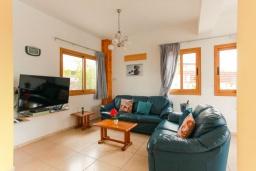 Гостиная. Кипр, Аргака : Великолепная вилла с потрясающим видом на море, с 3-мя спальнями, с бассейном, беседкой и каменным барбекю, расположена в 300 метрах от пляжа Argaka Beach